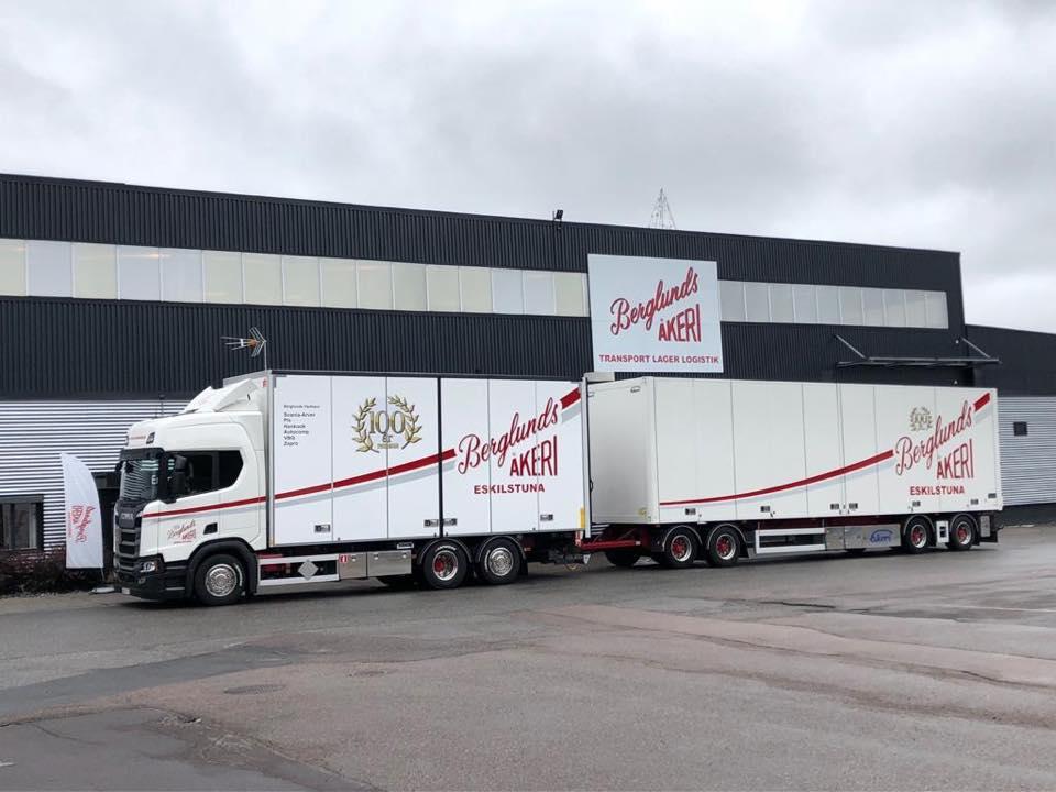 Berglunds Åkeris fullstora lastbil med släp parkerad på företagsområdet