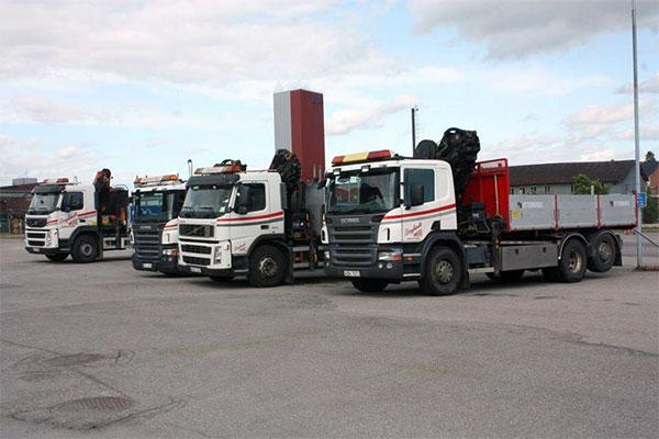 4 stycken av Berglunds Åkeris kranbilar uppställda på gården