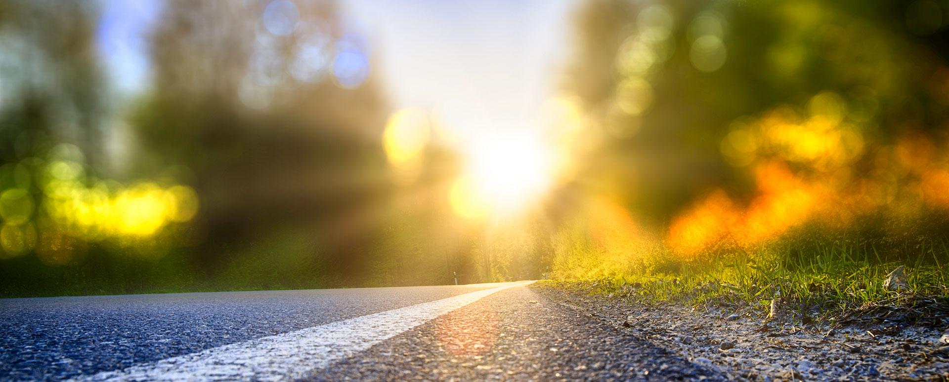 En blurrig bild på en väg i solnedgång