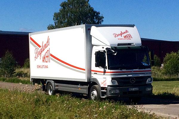 Berglunds Åkeri budlastbil ute på vägen