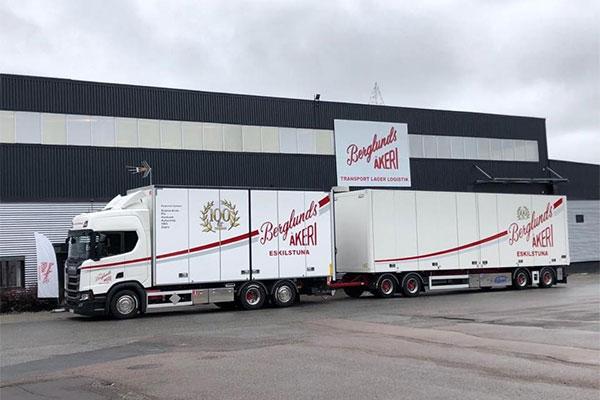 Berglunds åkeris lastbil med släp parkerat på innergården